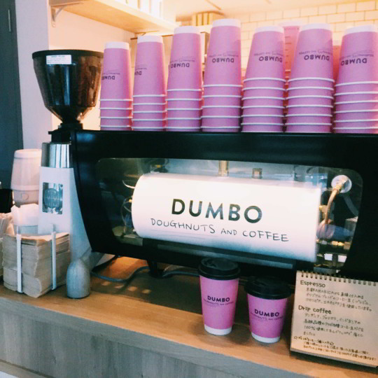 ピンクのカップがインスタ映え! 【ダンボ ドーナツ&コーヒー】@麻布十番