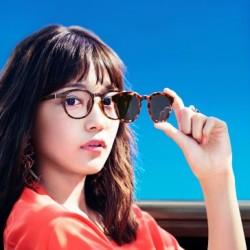 はーちゃんがかけているメガネが一瞬でサングラスに変身!?「JINS Switch」発売中♡