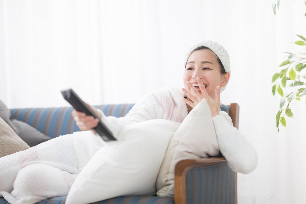 自宅でのお泊まりデートNG行動1:姿勢や服装がだらしない