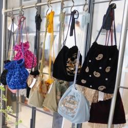 オトナぽく「巾着バッグ」を持つなら、刺繍とビーズのヴィンテージなバッグを。