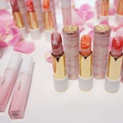 唇本来の色味を美しく際立てる、ミルキーなマーブルリップ