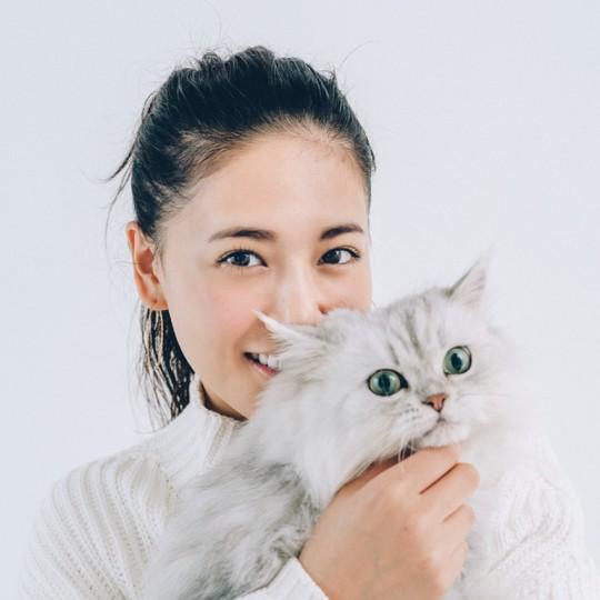 まるで彼氏!? 藤井夏恋と猫のツーショットが可愛すぎる!