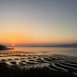 チャンスは月1回?! 夕日に照らされた御輿来海岸の絶景が美しすぎる♡